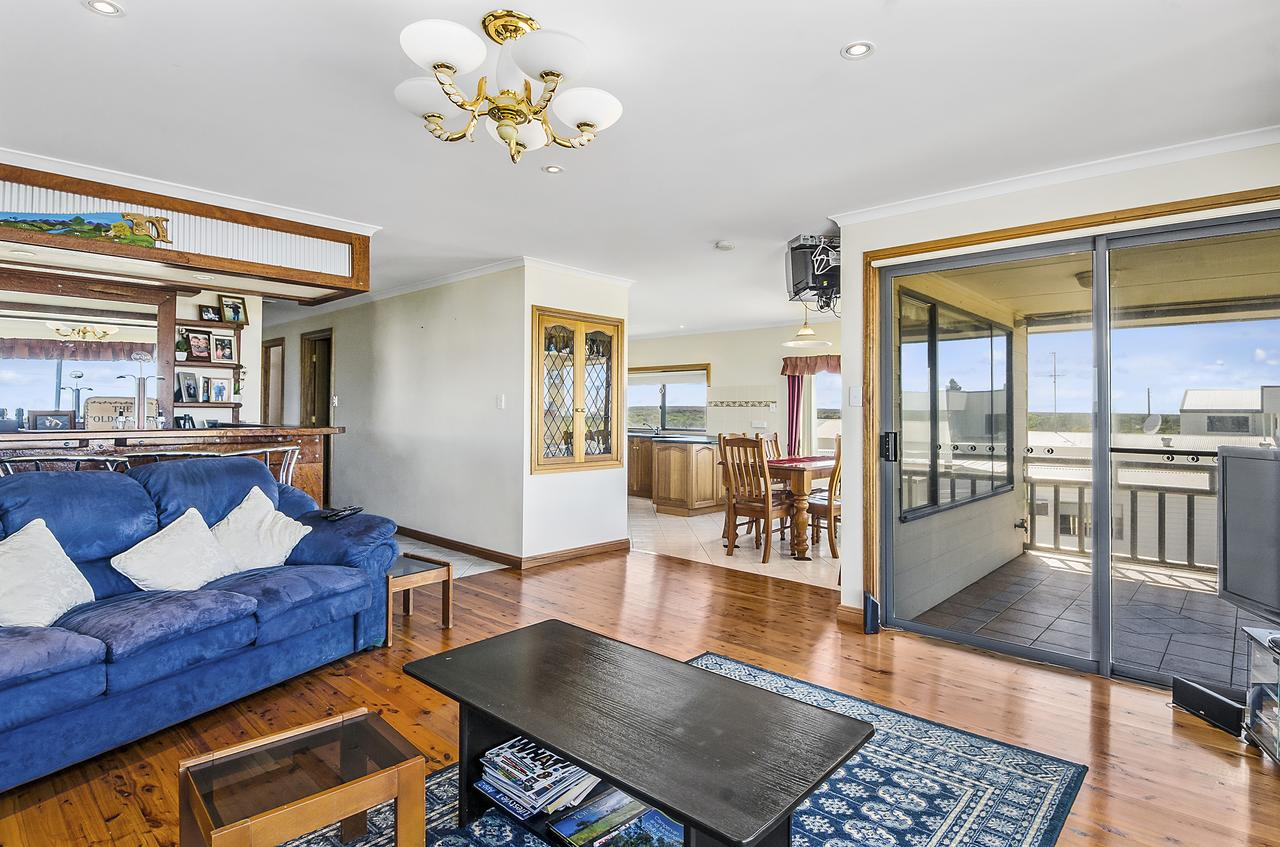 Rocks Retreat House with Sea Views - Mount Gambier Accommodation